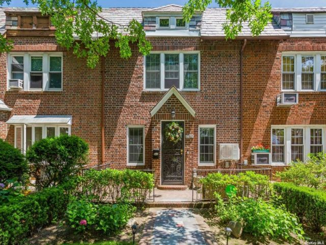 3 BR,  4.00 BTH Colonial style home in Forest Hills