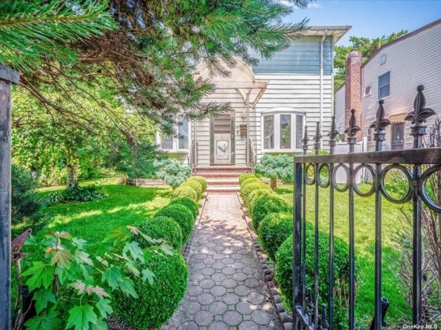 5 BR,  3.00 BTH Colonial style home in Whitestone