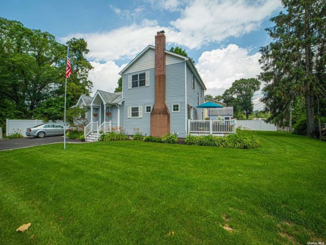 5 BR,  3.00 BTH 2 story style home in Sayville