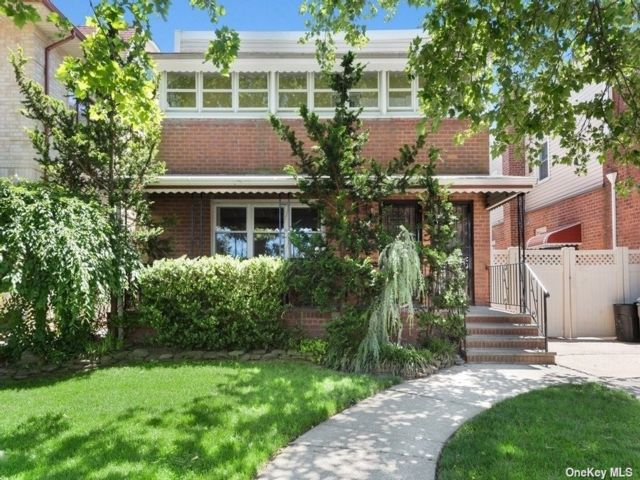 4 BR,  3.00 BTH Other style home in Fresh Meadows