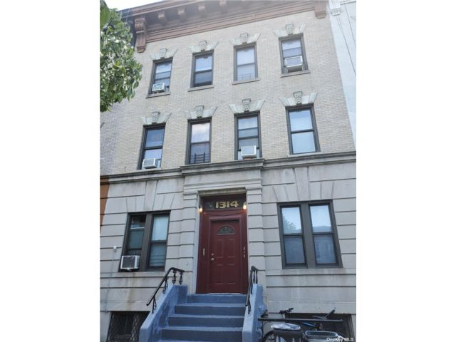 12 BR,  6.00 BTH Townhouse style home in Crown Heights