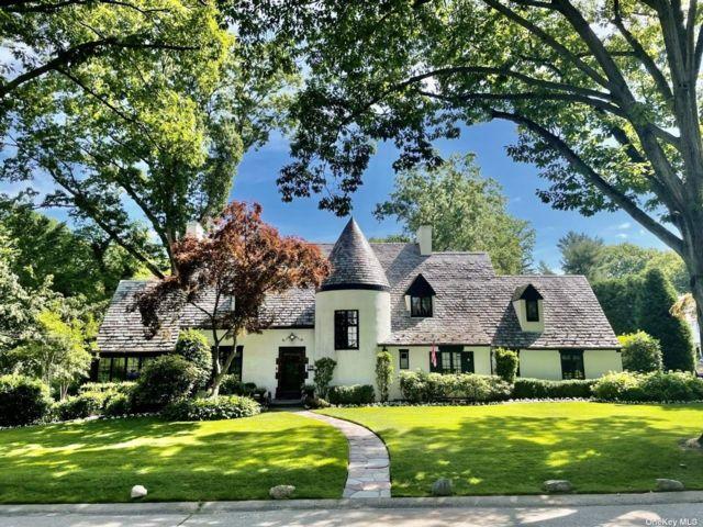 4 BR,  4.00 BTH Tudor style home in Manhasset
