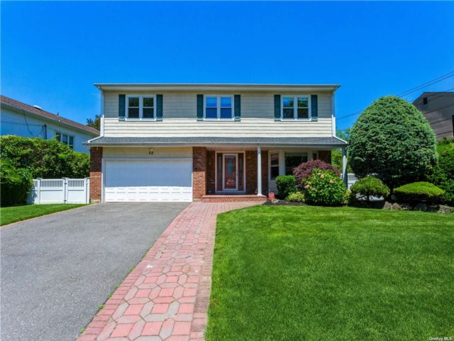 5 BR,  3.00 BTH Colonial style home in North Woodmere