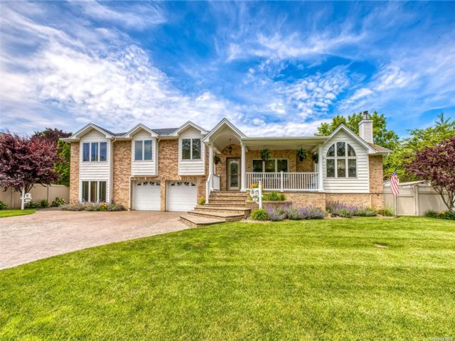 5 BR,  6.00 BTH Colonial style home in Commack