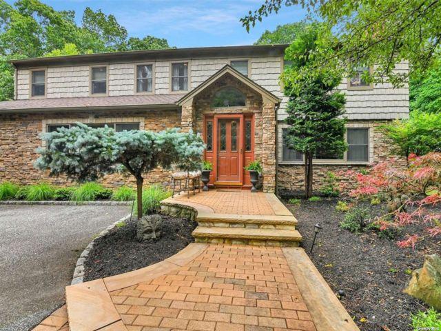 5 BR,  5.00 BTH Colonial style home in Belle Terre