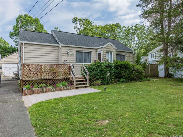 3 BR,  1.00 BTH Ranch style home in East Islip