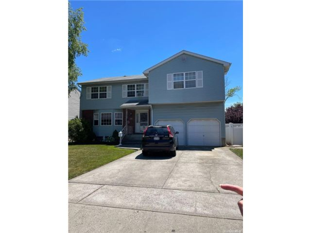 5 BR,  3.00 BTH Colonial style home in Wantagh