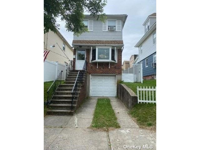 3 BR,  2.00 BTH 2 story style home in Whitestone