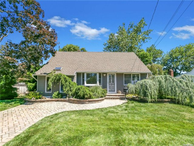 3 BR,  2.00 BTH Exp cape style home in West Islip