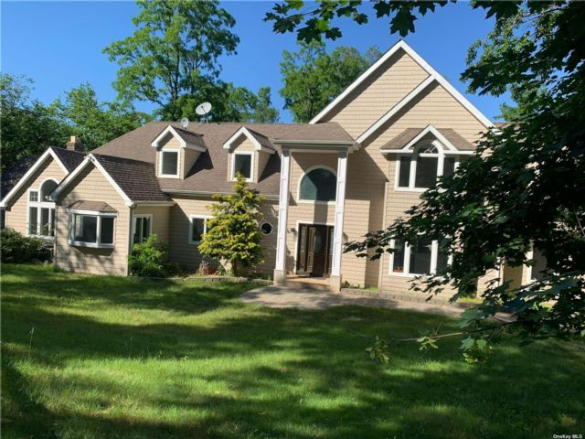 4 BR,  5.00 BTH Colonial style home in Mt. Sinai