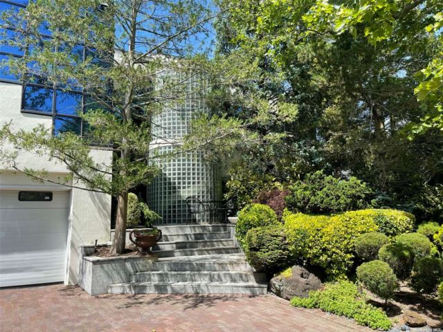 8 BR,  6.00 BTH Contemporary style home in Woodmere