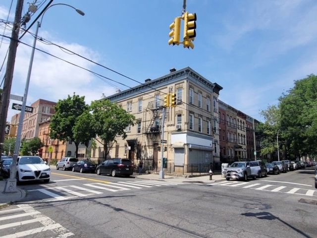 14 BR,  6.00 BTH Store+dwell style home in Ridgewood