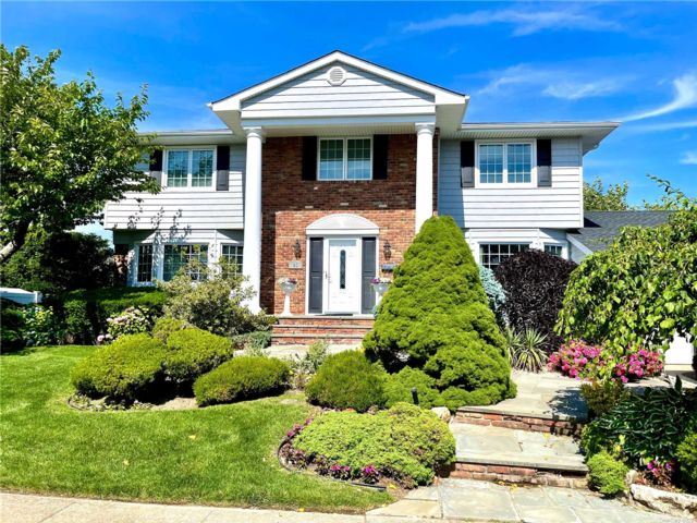 4 BR,  3.00 BTH Colonial style home in Massapequa Park
