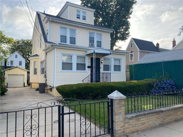 6 BR,  1.00 BTH Colonial style home in Richmond Hill