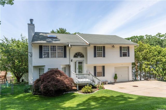 7 BR,  3.00 BTH Colonial style home in Rocky Point
