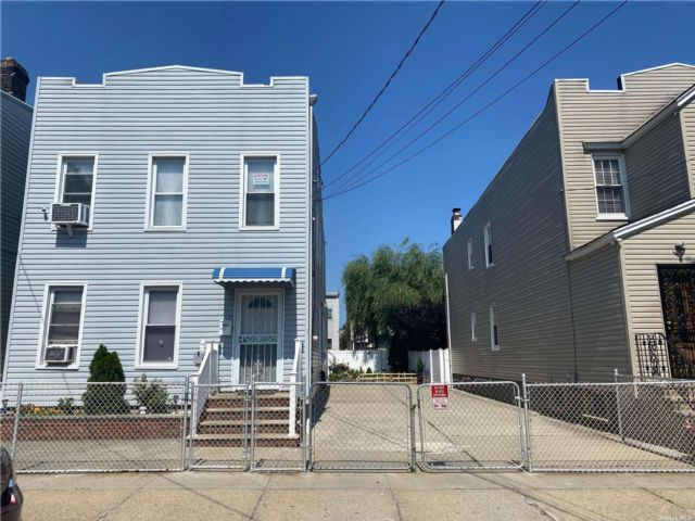 5 BR,  4.00 BTH Colonial style home in Ozone Park