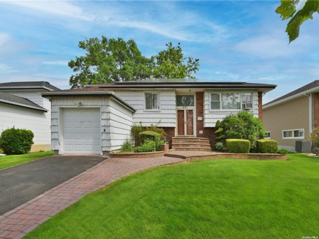 5 BR,  3.00 BTH Split ranch style home in North Woodmere