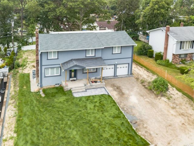 5 BR,  5.00 BTH Colonial style home in Smithtown