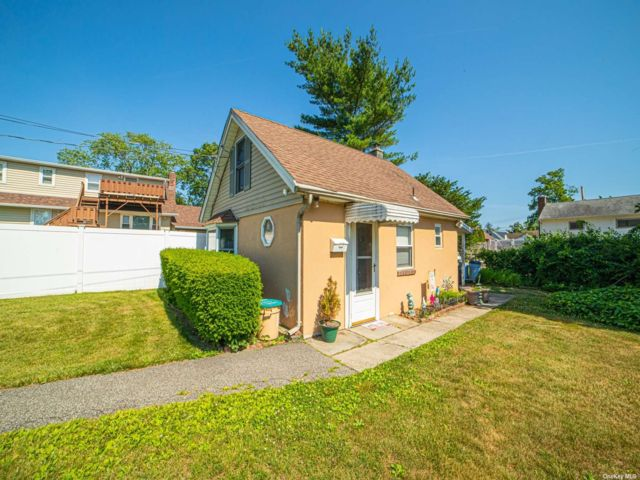 1 BR,  1.00 BTH Cottage style home in Islip