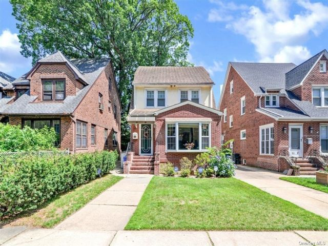 4 BR,  3.00 BTH Colonial style home in Richmond Hill