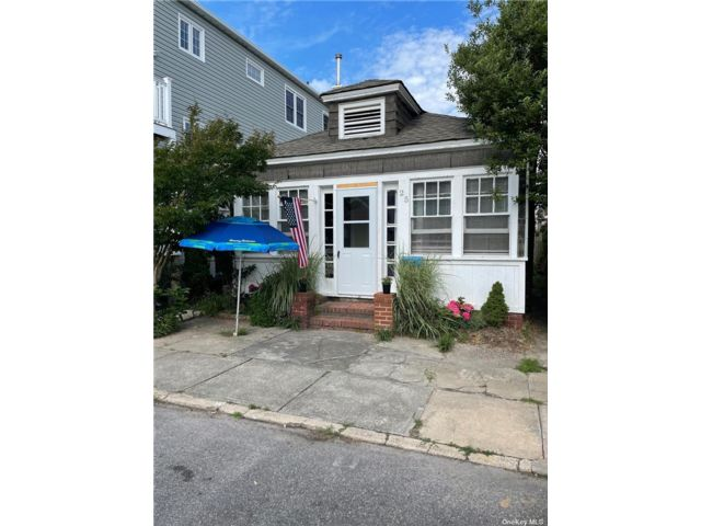 3 BR,  1.00 BTH Bungalow style home in Long Beach