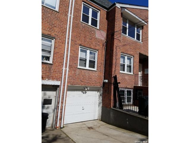 4 BR,  3.00 BTH Townhouse style home in Rego Park