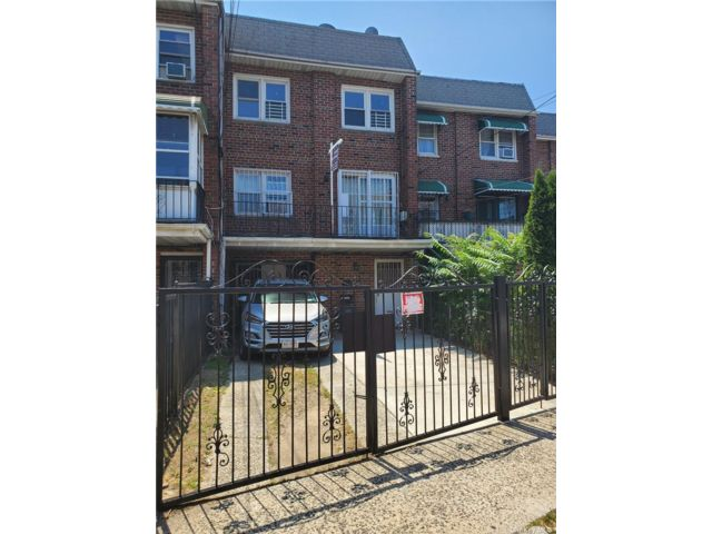 6 BR,  2.00 BTH Townhouse style home in Woodhaven