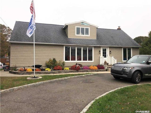 5 BR,  3.00 BTH Exp cape style home in Sayville