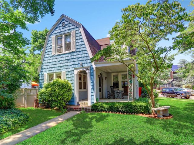 4 BR,  2.00 BTH Colonial style home in Hewlett