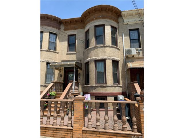 8 BR,  3.00 BTH Colonial style home in Dyker Heights