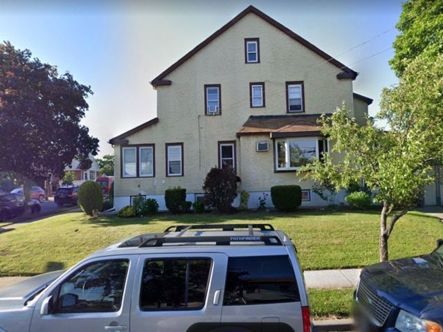 5 BR,  5.00 BTH Colonial style home in Whitestone