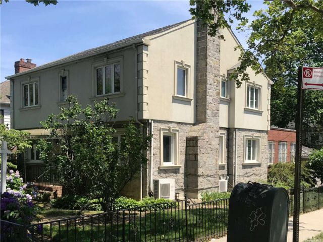 4 BR,  4.00 BTH Colonial style home in Forest Hills