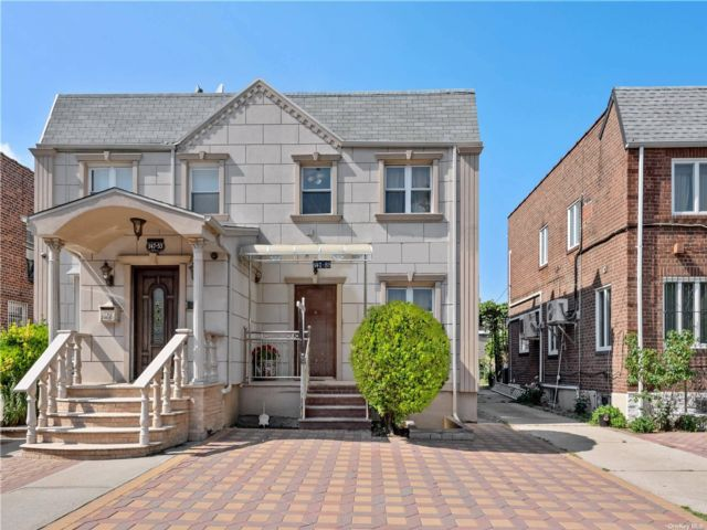 4 BR,  4.00 BTH Colonial style home in Briarwood