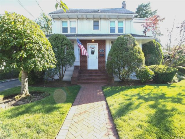 5 BR,  3.00 BTH Colonial style home in East Rockaway
