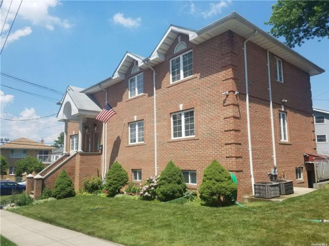 6 BR,  4.00 BTH 2 story style home in Little Neck