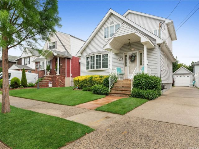 4 BR,  3.00 BTH Contemporary style home in Floral Park