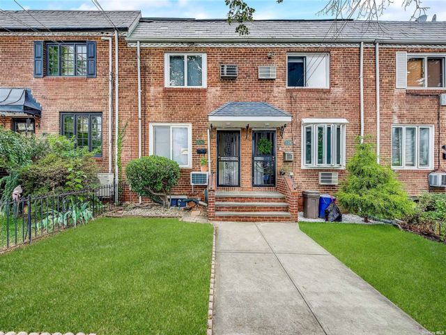 2 BR,  2.00 BTH Colonial style home in Beechhurst