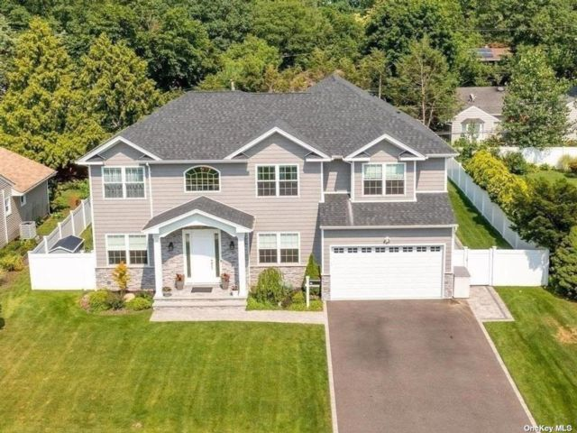 5 BR,  4.00 BTH Colonial style home in Syosset