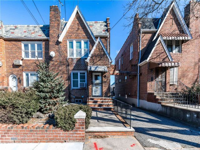 3 BR,  3.00 BTH Townhouse style home in Middle Village