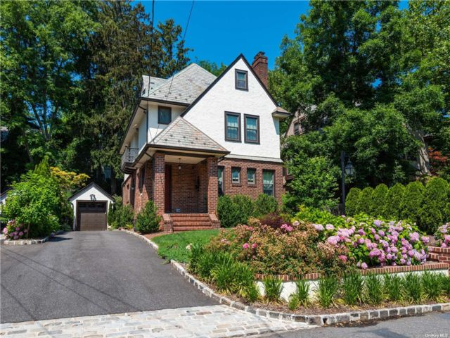 4 BR,  3.00 BTH Colonial style home in Great Neck