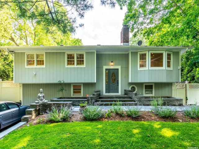 5 BR,  2.00 BTH Raised ranch style home in East Hampton