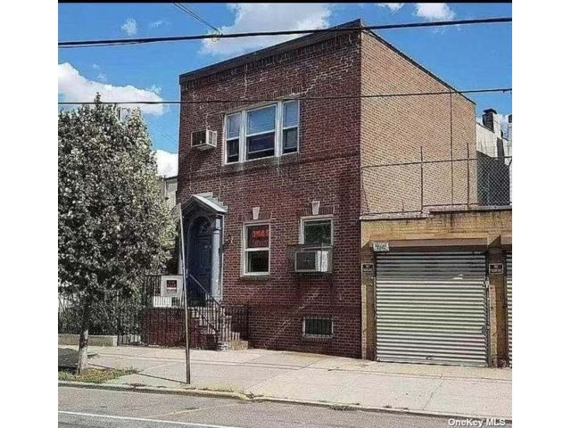 8 BR,  3.00 BTH Colonial style home in Ridgewood