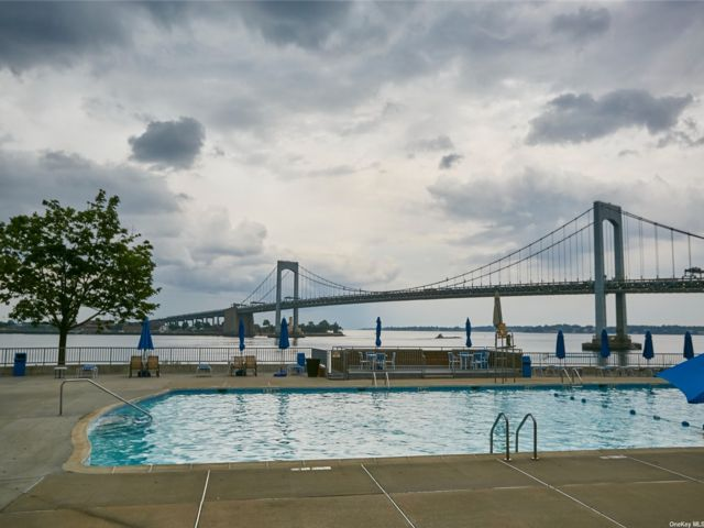 1 BR,  1.00 BTH High rise style home in Whitestone