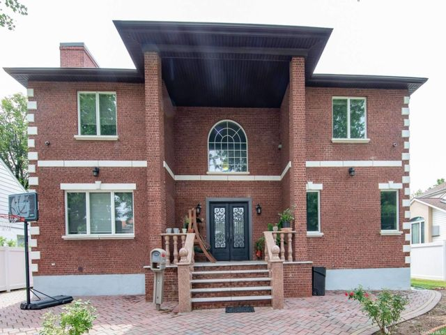 7 BR,  6.00 BTH Colonial style home in Floral Park