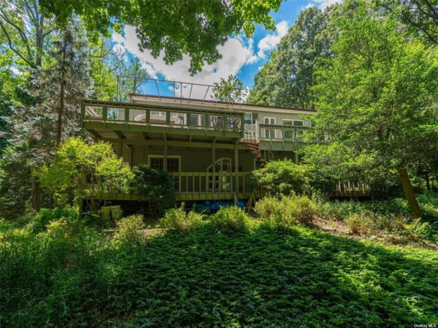 4 BR,  3.00 BTH Contemporary style home in Old Field