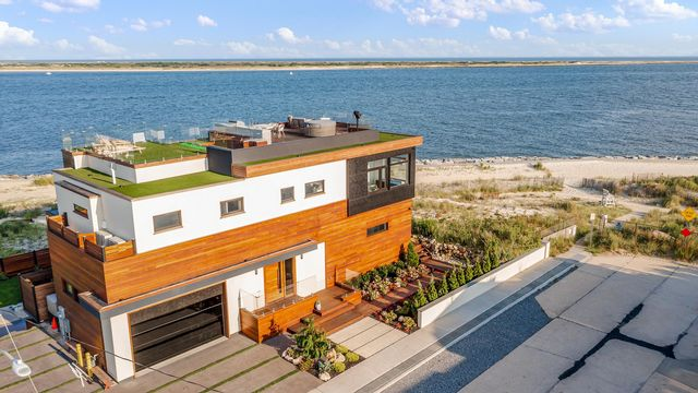 4 BR,  4.00 BTH Modern style home in Point Lookout