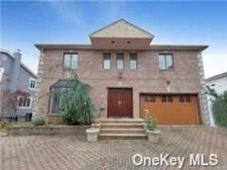 5 BR,  4.00 BTH Colonial style home in Lawrence