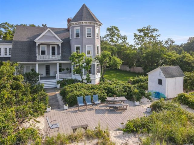 5 BR,  3.00 BTH Victorian style home in Northport