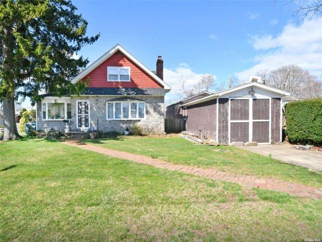 4 BR,  3.00 BTH Exp cape style home in Hicksville