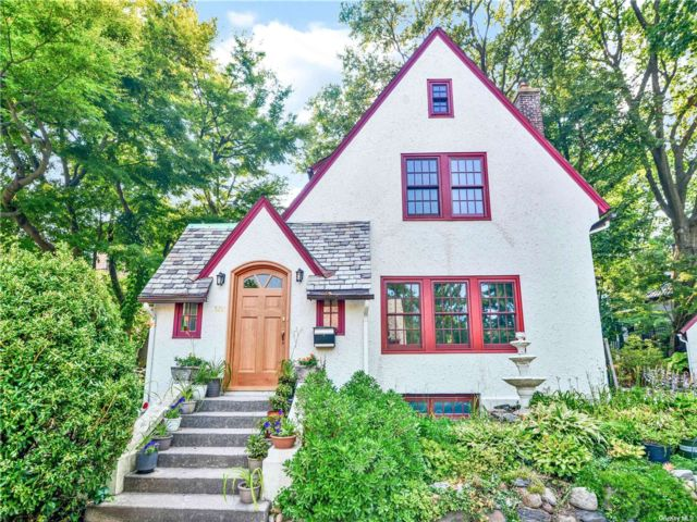 4 BR,  3.00 BTH Colonial style home in Kew Gardens